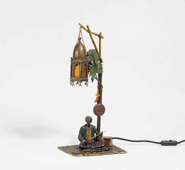BRONZE ORNAMENTAL LAMP ''ORIENTALE MIT WAFFEN''.
