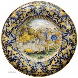 """«Пара больших фаянсовых настенных расписных тарелок """"Античные сцены""""», 19 век, Италия."""