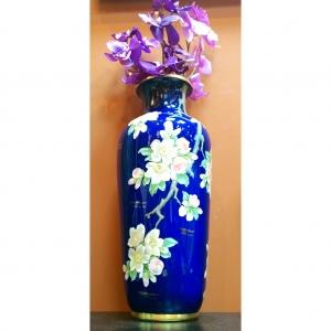 Фарфоровая ваза с веткой сакуры